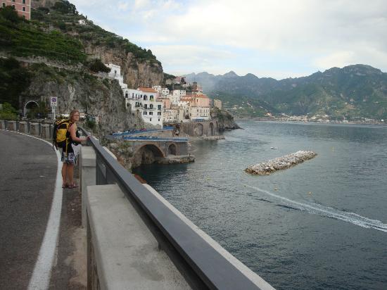 A'  Scalinatella Hostel and  Hotel: Atrani därborta, ett stenkast från Amalfi