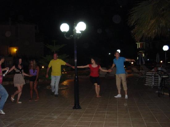 Hotel Yakinthos: Greek dancing lesson