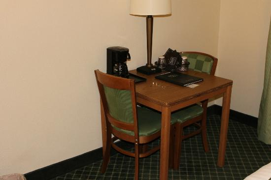Fairfield Inn & Suites Sioux Falls: Desk area