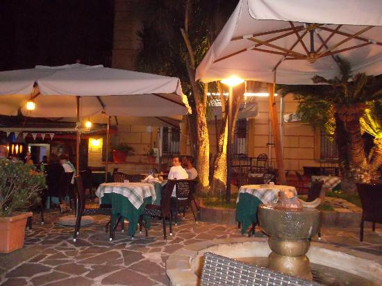 Jolly Blu Pub tables near the fountain