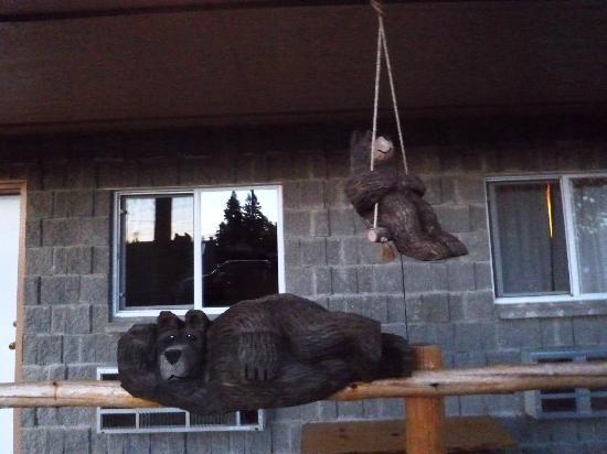 Eagle's Nest Motel: Bear cubs on swings were cute