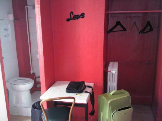 Hotel des Andelys: Armadio a vista + 1 tavolino minuscolo e il water davanti alla porta