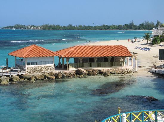 Franklyn D Resort & Spa: Beach