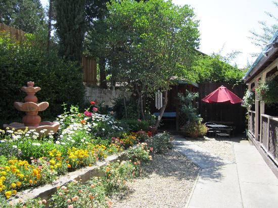 Castillo's Mexican Food : Beautiful Garden Patio Dinning