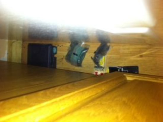 High Falls Bay Cottages, Camping & Waterpark: Another dead mouse in other cottage kitchen