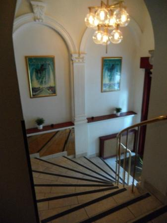 Hotel Poseidon: Entryway stairs from street to reception