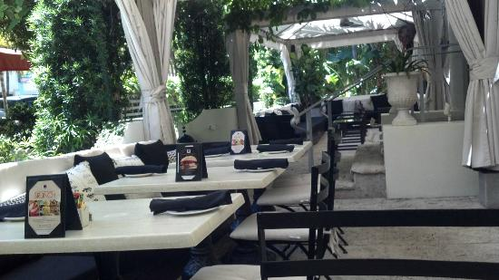 Kimpton Angler's Hotel: 660 Restaurant patio at lunch