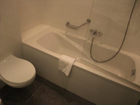 Ibis Styles Berlin an der Oper: WC und Badewanne mit Dusche
