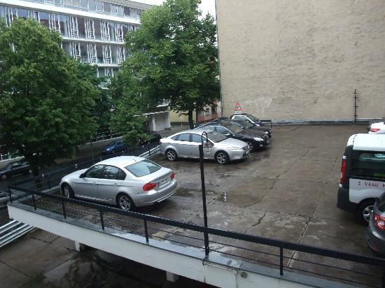 Ibis Styles Berlin an der Oper: Blick auf den Innenhof mit Hotelparkplatz
