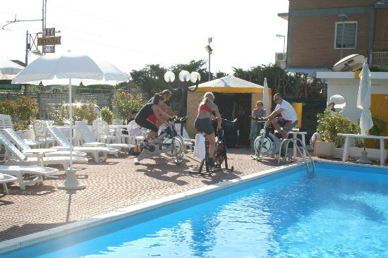 Hotel Crystal: Parco piscina