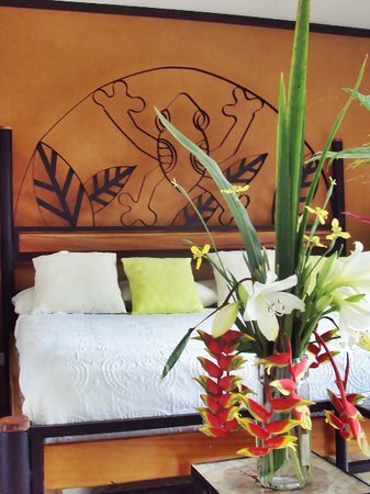 Lucky Bug B & B: Frog Room with King Bed , Balcony & Private Bath