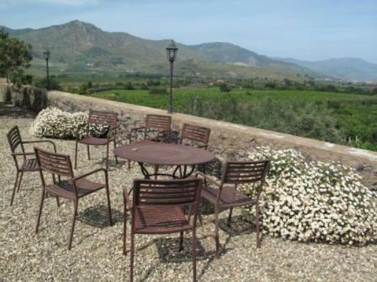 Feudo Vagliasindi: Sitzgelegenheit auf dem Vorplatz