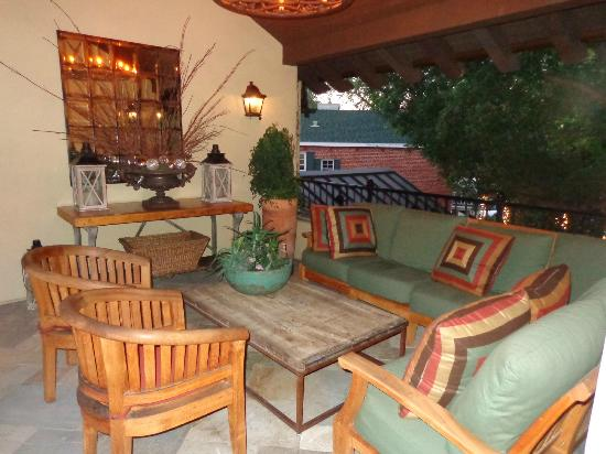 Hotel Cheval: Upstairs seating area