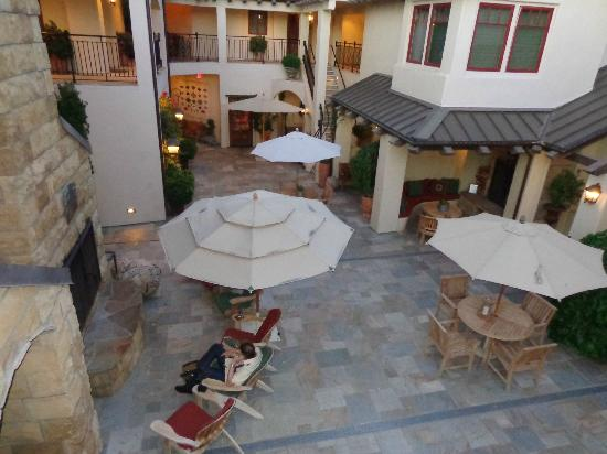 Hotel Cheval: Looking down at the courtyard from our room