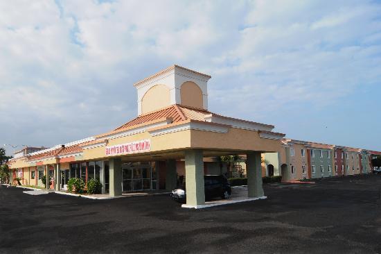 Magnuson Hotel and Marina New Port Richey: Ramada New Port Richey Hotel New Entrance