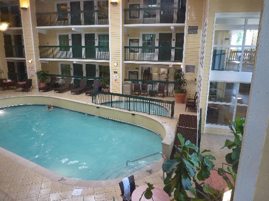 Econo Lodge Riverside : Piscine intérieure.