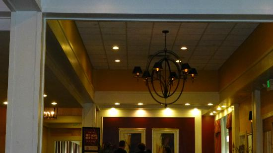 Hotel RL Olympia by Red Lion: The entry area had a nice chandelier.