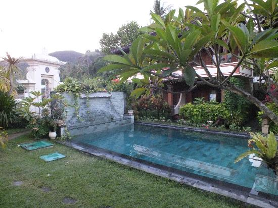 Rama Shinta Hotel: Pool view from restaurant