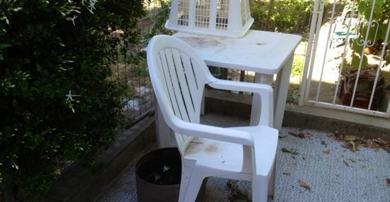 Casa San Ghjase : voilà les chaises et la table. Juste un peu sale, venez avec vos chiffons.
