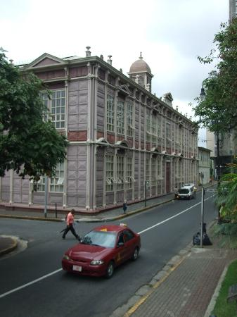 Universidad de Costa Rica : construido totalmente de metal fantastico!!