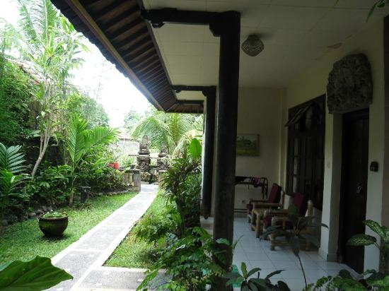 Ubud Inn: Standard room and shrine.