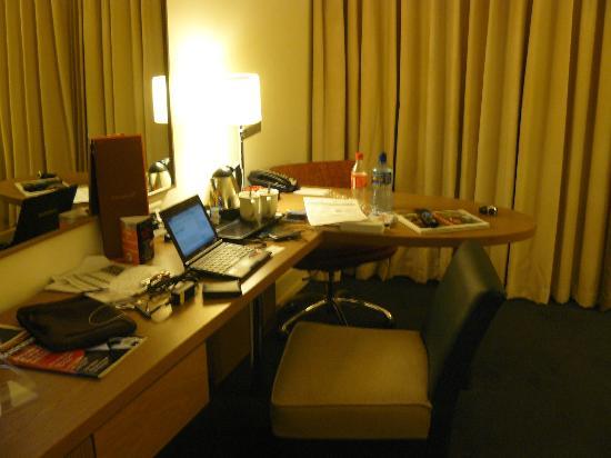 Hilton Dublin Kilmainham: Area de trabajo generosa