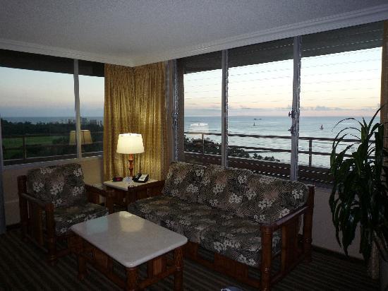 Queen Kapiolani Hotel : リビングからも海がばっちり見えます
