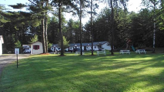 Saco River Lodge & Suites: View of teh back suite area with picnic and play area