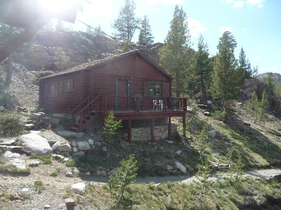 Tioga Pass Resort: Cabin 8 with outside balcony, viewed from motel room 1