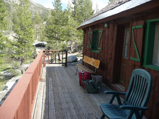 Tioga Pass Resort: deck balcony in front of motel room 4