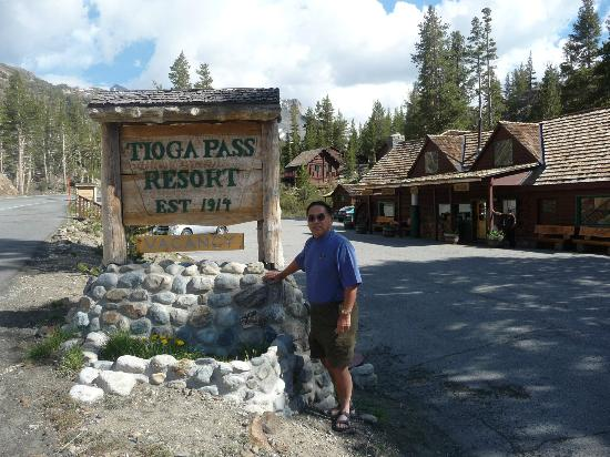 Tioga Pass Resort: main entrance with vacancy sign showing