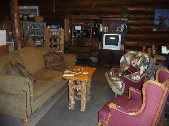 Tioga Pass Resort: sitting room inside main building
