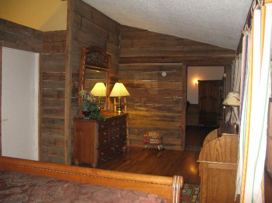 Pilot Knob Inn: One view of the bedroom