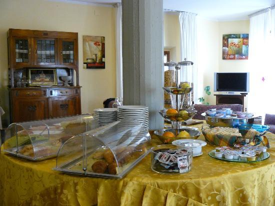 Hotel Baccio da Montelupo : tavolo della colazione