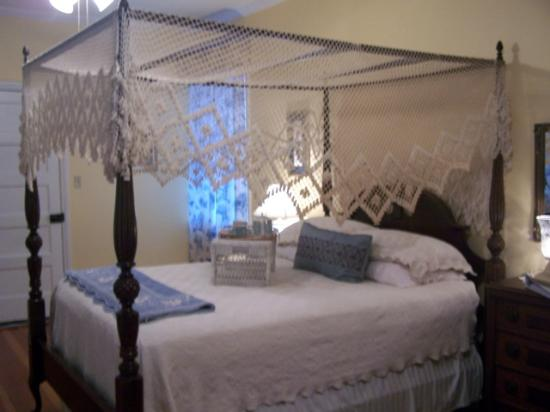 Magnolia Cottage Bed & Breakfast: Four poster bed - very comfortable - queen size