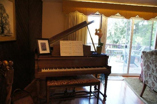 Misty Valley Inn B&B: Baby grand piano.