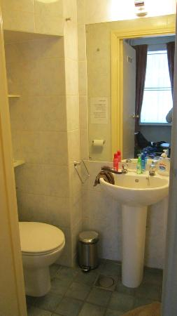 Jesmond Hotel: Tiny but adequate bathroom with shower