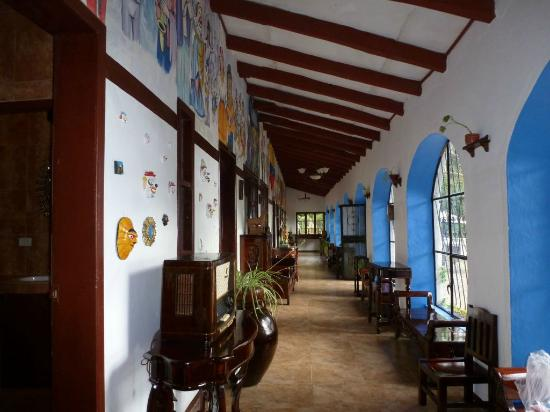 San Jorge Eco-Lodge & Botanical Reserve: Hallway in main building