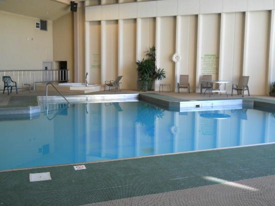 The Greenwell Inn: Lovely heated pool and our guess was the hot tub was a HOT 105 degrees. Nice.