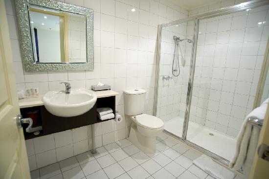 كويست جوردن بليس: In the bathroom