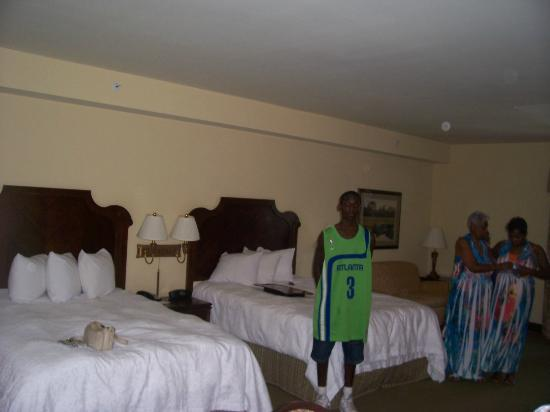 Hampton Inn & Suites Savannah Historic District: View of beds from over by the dining table