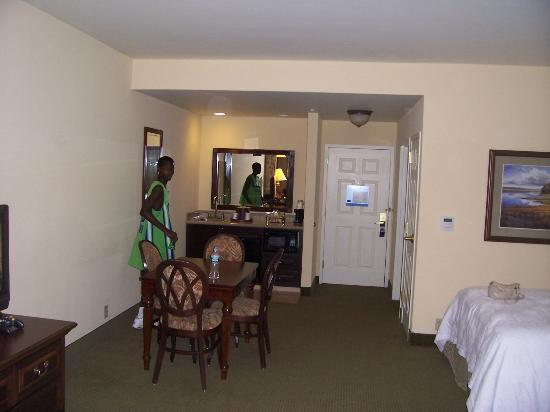 Hampton Inn & Suites Savannah Historic District: Kitchen area and dining area with full table & chairs