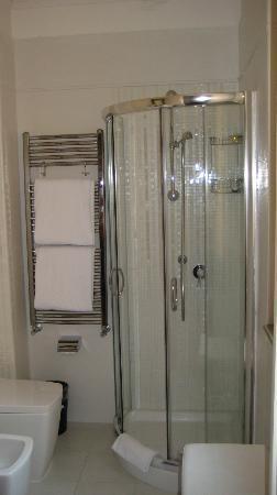 Hotel Cortina: Modern & clean bathroom