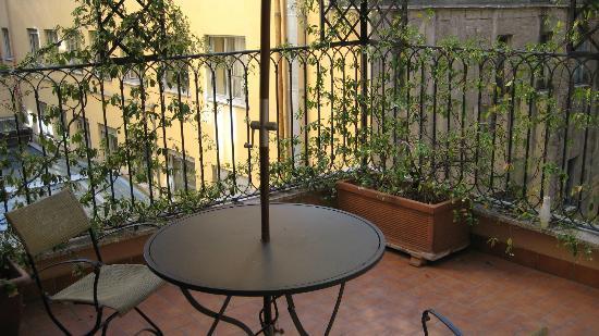 Hotel Cortina: The quaint terrace