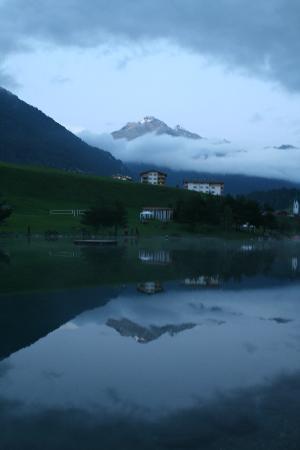 Cube Savognin : área verde do hotel com lago apropriado para tomar banho