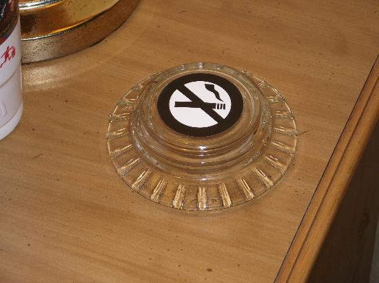 Motel 6 Frederick - Fort Detrick: No Smoking Ashtray in the non-smoking room?