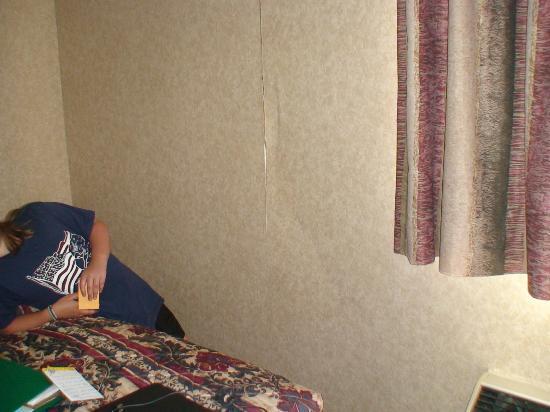 Days Inn Hurstbourne: huge dent in wall