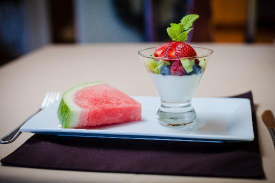 Sheridan House Inn: Wake up to a fresh & colorful breakfast!