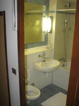 Campanile Bethune - Fouquieres Les Bethune: Campanile Hotel Bethune Bathroom