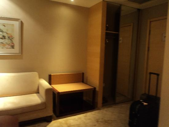Baihuan Hotel: Room entrance, closet next to the door